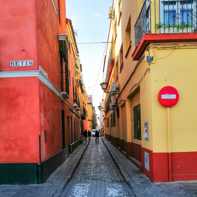Sevilla Triana Gasse bunt