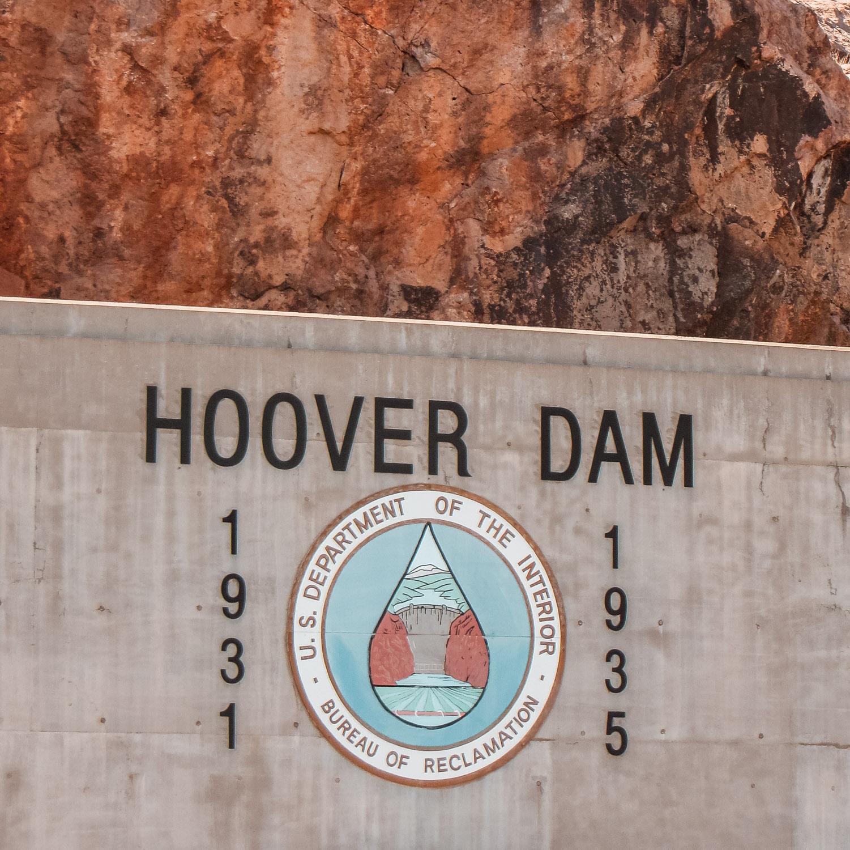 Schild am Hoover Dam mit Baujahr 1931 - 1935