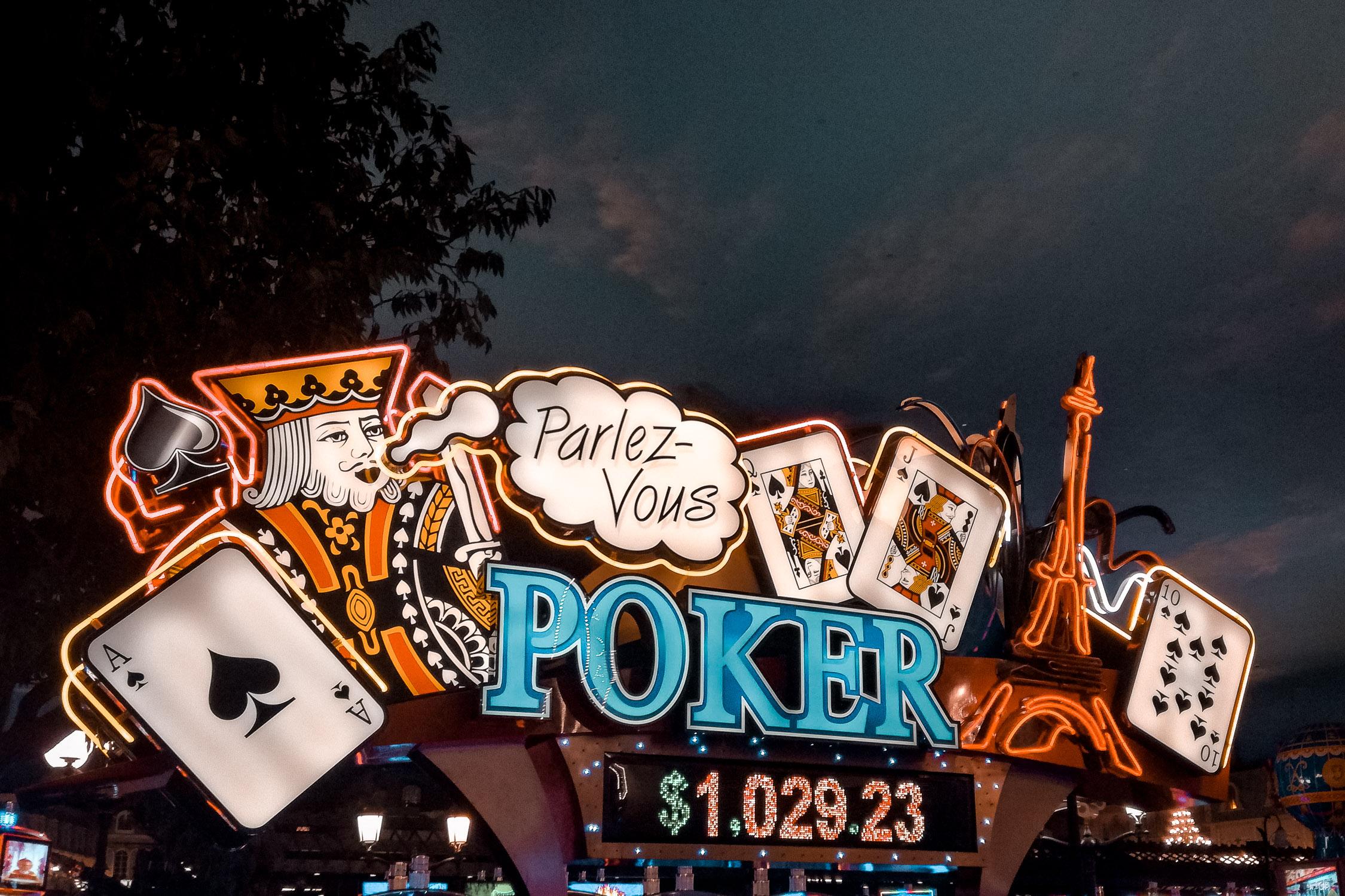 Neon Poker Schild in Las Vegas bei Nacht