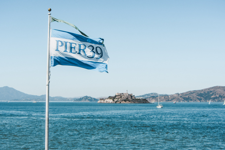 Pier 39 Flagge Blick auf Alcatraz San Francisco