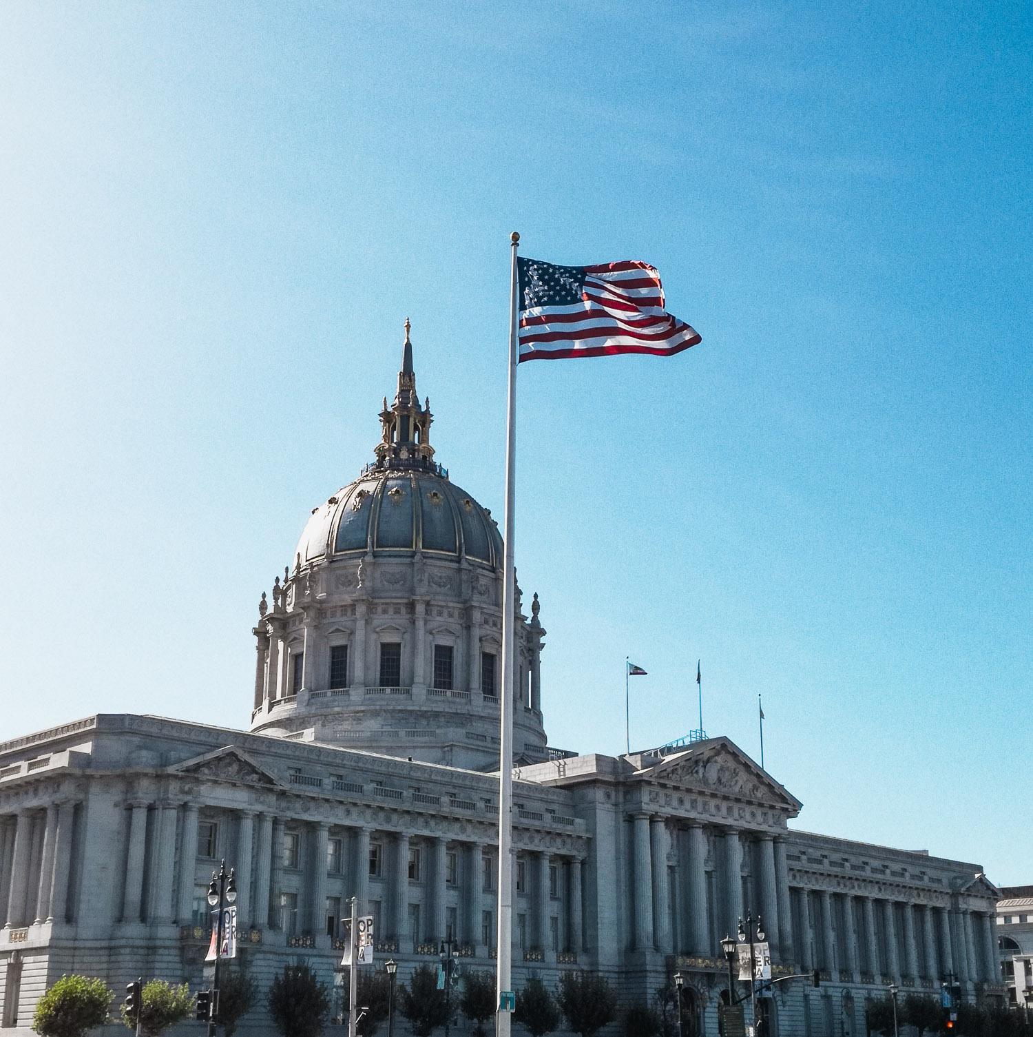 Rathaus von San Francisco mit Flagge
